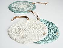 Úžitkový textil - Pletená okrúhla chňapka/podložka (zelená šalvia/maslová) - 10972562_