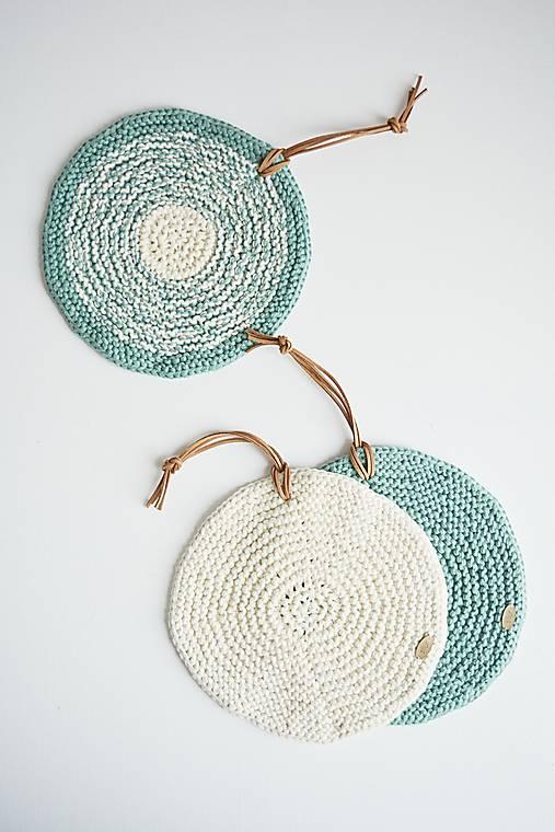 Pletená okrúhla chňapka/podložka (zelená šalvia/maslová)