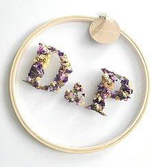Dekorácie - Obraz vyšívaný kvetmi partnerské iniciály fialovo biele - 10971867_