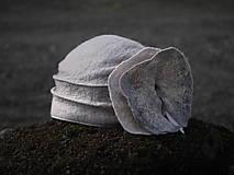 Čiapky - Šedý dámsky klobúk s kvetom - 10974553_