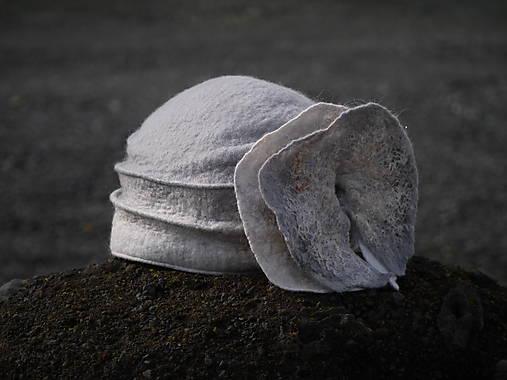 Šedý dámsky klobúk s kvetom