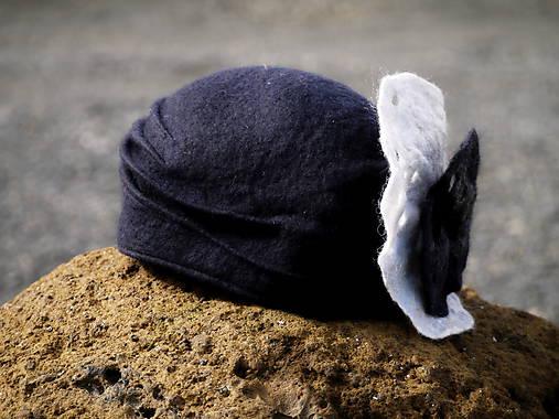 Čierny dámsky klobúk