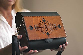 Kabelky - Drevená kabelka Čičmanca (Čierna) - 10975398_