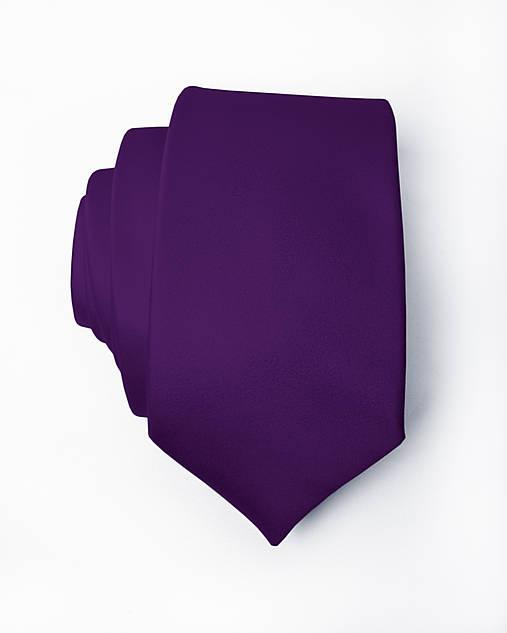 Pánska kravata - tmavo fialová č.29 s vreckovkou farba č.28 (na objednávku)