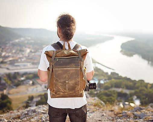 Olivový mestský batoh z kože a voskovaného plátna.