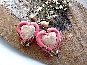Náušnice - ružové folk náušnice s lipovými  srdiečkami - 10978099_