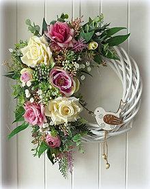 Dekorácie - Celoročný veniec s ružičkami - 10982942_