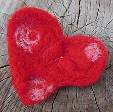 Odznaky/Brošne - plstené brošňové srdce - 10981819_