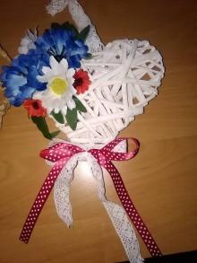Dekorácie - Srdiečko z poľných kvetov- červený kvet,nevädza, klásky,margarétky - 10983441_