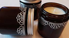 Svietidlá a sviečky - Sójová sviečka v hnedom sklíčku -  čipka - 10983451_