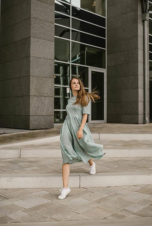 Šaty - Mintové šaty s ružovými kvietkami a riasenou sukňou - 10980802_