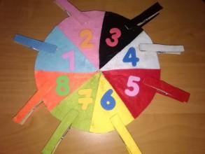 Hračky - Montessori koliesko so štipcami na učenie  farieb a čísel do 8 - 10984185_