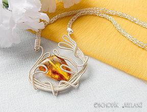 Náhrdelníky - Náhrdelník z postriebreného drôtu s jantárom - 10985308_