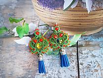 Náušnice - zeleno červené náušnice so strapcom - 10987605_