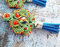 Náušnice - zeleno červené náušnice so strapcom - 10987611_