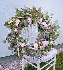 Dekorácie - Eucalyptový veniec so živých a umelých kvetov - 10987312_