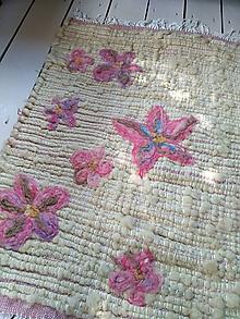 Úžitkový textil - Tkaný vlnený koberec s výšivkou - 10987416_