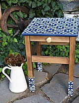 Nábytok - Modrobiely vidiecky stolík s ornamentovými nohami - 10986101_