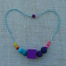 Náhrdelníky - ...plstený náhrdelník s veľkou drevenou kockou... - 10990526_