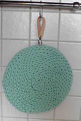 Handmade háčkovaná podložka pod hrniec/tanier  (Podložka s koženým uškom na zavesenie)