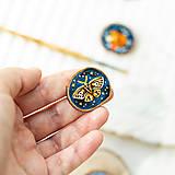 Odznaky/Brošne - Ručně malovaná brož s můrou - 10993237_