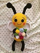 Háčkovaná včielka s kvietkami