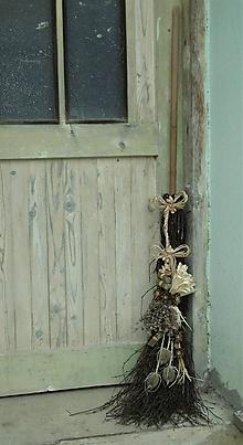 Dekorácie - Metla na chalupu s materinou dúškou..... - 10997555_