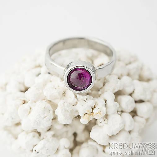 Spring - Kovaný prsten s kamenem kabošonem