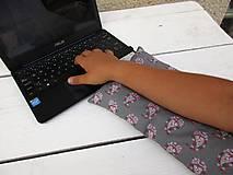 Úžitkový textil - šedá dlhá pohánkovo-špaldová podložka na ruku k počítaču - 10996897_