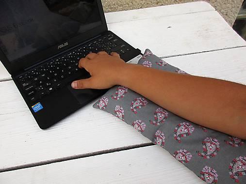 šedá dlhá pohánkovo-špaldová podložka na ruku k počítaču