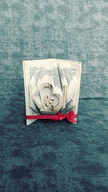 Dekorácie - Ľubovoľné iniciálky mien a srdce (nielen) pre zaľúbených - vyskladané z knihy - 10995679_