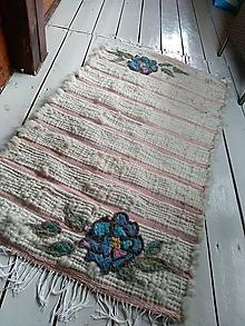 Úžitkový textil - Tkaný vlnený koberec s ružičkami - 10996934_