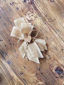 Pierka - veľké vintage pierko z jutoviny s dreveným srdiečkom pre ženícha,  rodičov, svedkov - 11000258_