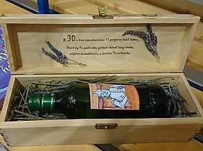 Darčeky pre svadobčanov - Drevená kazeta na 1l fľaše - 11000716_
