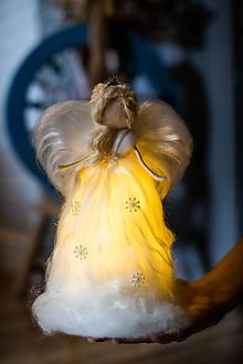 Dekorácie - Svietiaci anjel z ovčej vlny - 11001948_