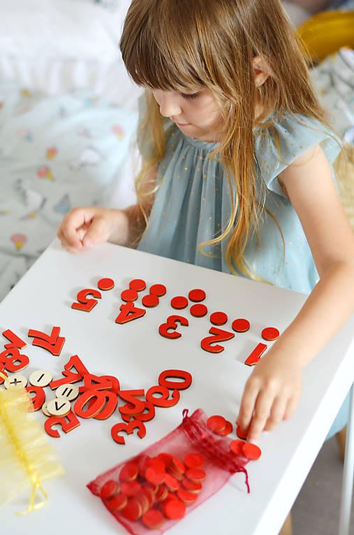Čísla a množstvá - dva varianty (Montessori červená varianta + žtóny + karty)