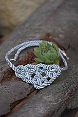 Uzlový náhrdelník sivý