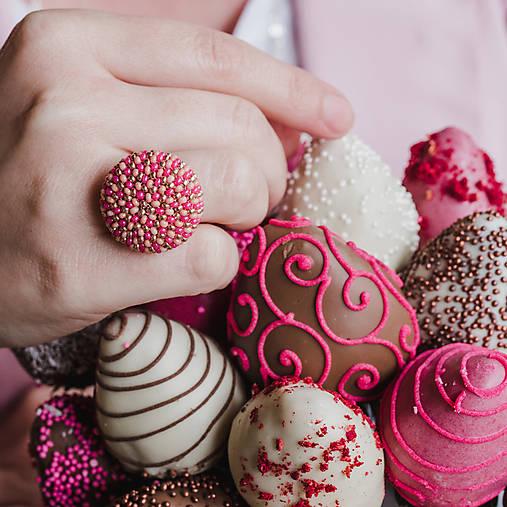 BUTTON {M} ružový elegantný prsteň