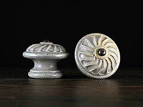 Nábytok - Úchytka - knopka šedá velká - vzor VĚTRNÍK - 11007308_