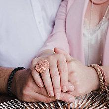 Prstene - BUTTON {L} púdrový nastaviteľný prsteň - 11007299_