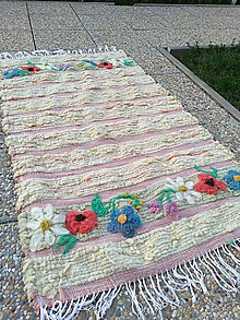 Úžitkový textil - Tkaný vlnený koberec s výšivkou - 11008310_