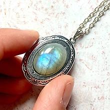Náhrdelníky - Oval Labradorite Locket Necklace / Oválny otvárací medailón s modro-zeleným labradoritom - 11013982_