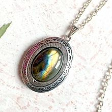 Náhrdelníky - Oval Labradorite Locket Necklace / Oválny otvárací medailón s dúhovým labradoritom - 11014017_