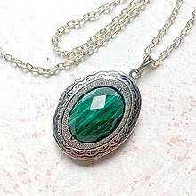 Náhrdelníky - Oval Malachite Locket Necklace / Oválny otvárací medailón s brúseným malachitom /H0015 - 11014080_