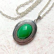 Náhrdelníky - Oval Green Jadeite Locket Necklace / Oválny otvárací medailón s brúseným zeleným jadeitom - 11014099_