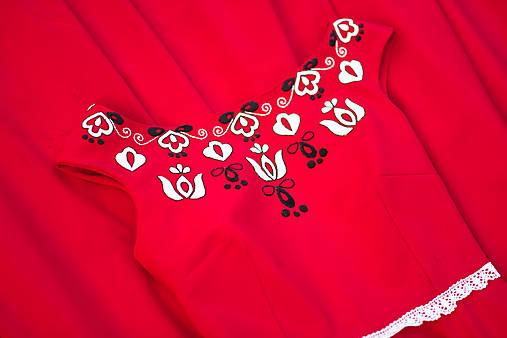 Červené šaty s výšivkou