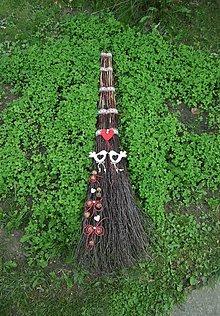 Dekorácie - Svadobná folk metla s vtáčikmi - 11016410_