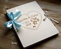 Papiernictvo - Svadobná kniha hostí, drevený fotoalbum -  zaľúbený párik veľký A4 - 11014842_