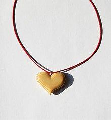 Náhrdelníky - Drevený náhrdelník - Smrekové srdiečko 1 - 11016080_