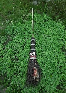 Dekorácie - Prútená dekoračná folk metla s dreveným vtáčikom - 11020782_
